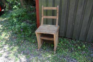 Gammel fin trappestol, kan vendes og bruges som trappe, sæde højde 45 cm.