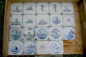 Antikke Hollandske fliser med dekoration af møller, soldater, mennesker og dyr.