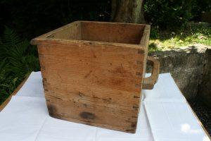 Antikt gammelt træmål med håndtag, ca. 34x34x31,5 cm.
