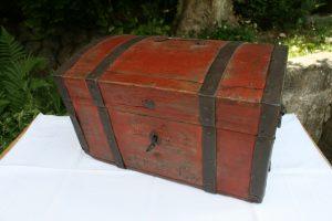 Fint antikt skrin med bemaling og jernbånd, ca.42x32x27 cm.