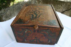 Smukt antikt æske med original bemaling dateret 1785, ca. 32x25x14 cm.