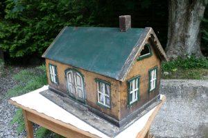 Fint antikt dukkehus med bemaling vinduer og dobbeltdør der kan åbne, ca. 68x45x43 cm.