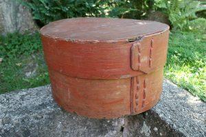 Antik hatte æske rund med bemaling, ca. H: 23 cm. og Ø ca. 39 cm.