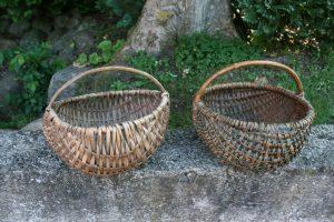 2 fine antikke kurve med hank, ca. 23 + 25 cm. i diameter.