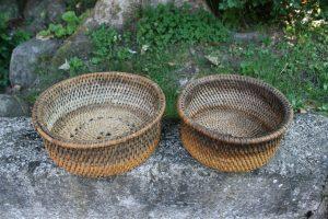 2 antikke ostekurve runde i fin stand, ca. Ø 28 og 25 cm.