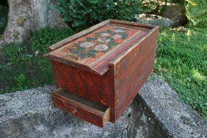 Fint antikt skrin med skydelåg og skuffe og fin originale bemalinger, ca. 47x30x26 cm.