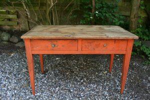 Fint bord med skuffer fra 1800, ca. 113x60x73 cm.