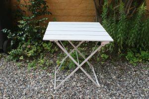 Fint gammelt havebord i jern og træ, ca. 63x53x70 cm.