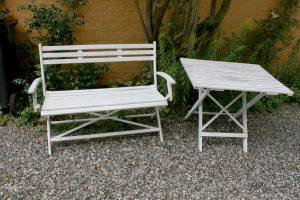 Fint gammelt havebord og have bænk i træ med hvid bemaling, ca. bænk 112 cm. L. bord 90x70x71 cm.