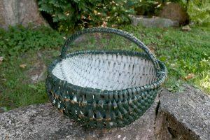 Gammel antik kurv med grøn bemaling og hank, ca. 14 ca. høj u/hank og 30 cm. bred.