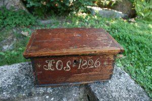 Lille antikt skrin dateret 1826 og bemaling, ca. 29x20x14 cm.