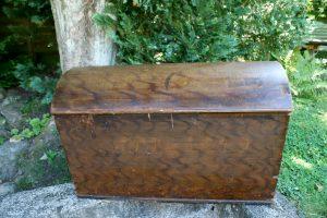 Fin lille kiste bemalet fra Sverige, ca. 83x45x50 cm.