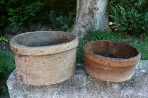 2 antikke skæppemål runde, ca. Ø 44 + 38 og Højde 22,5 + 16 cm.