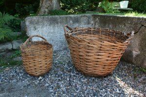 2 antikke rustikke kurve med hank, ca. Højde 23 + 16 cm. og Ø 43 + 38 cm.