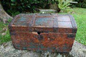 Lille antikt skrin bemalet med jernbånd, ca. 40x27x21,5 cm.