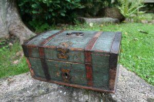 Antikt skrin turkisblåt bemalet, ca. 37x23x18 cm.