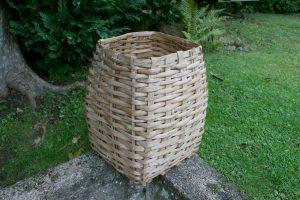 Antik fin høj kurv, kan bruges til strikketøj aviser m.m., ca. 47 cm. høj.