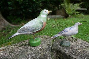 2 antikke fugle skåret i træ med bemaling, ca. 18 og 11,5 cm høje.