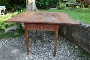 Antikt klapbord med en skuffe i begge ender, det er originalt bemalet, ca. 129x120x77 cm.