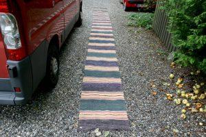 Langt stribet kludetæppe nr. 339, ca. 782x64 cm.