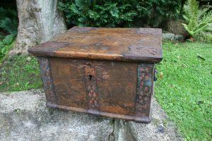 Stort antikt 1700 tals skrin med beslag og rester af bemaling, ca. 54x46x30 cm.