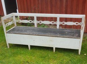 Fin antik Gustaviransk slagbænk med original grå bemaling og sort sæde.