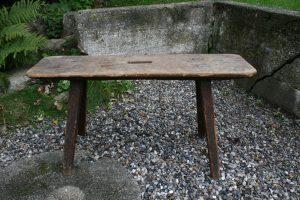 Fin antik lille bænk med sidde højde, ca. 94x26x49 cm.