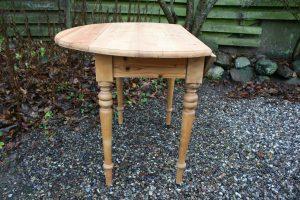 Fint rundt klapbord i fyretræ, Ca. Ø 100 cm. Højde 76,5 cm.