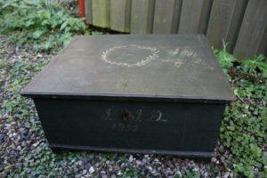 Almue skrin med bemaling dateret 1852, ca. 47x42x20 cm.