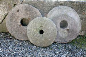 Fine store møllesten fra sverige, ca. 61 og 59 cm i diameter.