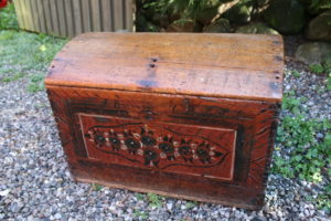 Lille antik kiste med bemaling initialer år 1869, ca. 58x38x42 cm.