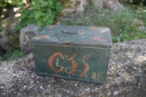 Lille fint skrin / æske med initialer og dekoration, ca. 15x10,5x80,5 cm.