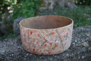 Rund antik æske uden låg med fin primitiv dekoration, ca.18,5 cm Ø og 9 cm høj.