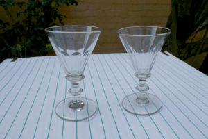 2 store antikke angleais glas sleben, ca. 12,1 og 12,4 cm høje.