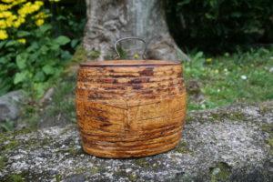 Fin antik tobaksdåse i naver (birkebark) med trælåg, ca. 13 cm lang og 11,5 cm høj.