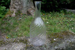Antik vand karaffel med optisk snoninger, ca. 29 cm høj.