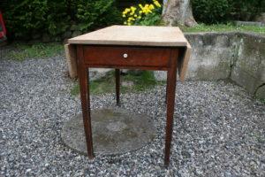 Fint gammelt klapbord køkken klapbord med skuffe, næsten kvadratisk når slået op, ca. 100x92c76,5 cm.