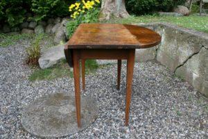 Antikt klapbord, ovalt når slået op, ca. 89x93 cm og 75,5 cm højt.