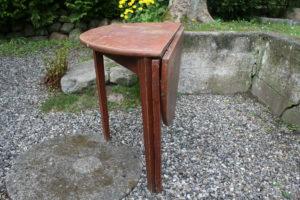 Antikt rundt klap bord med en halv-rund klap og et støtteben, ca. 97 Ø og 74 cm højt.