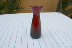 Lille gammelt løg-glas rødt ca. 10,4 cm højt.