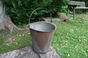 Gammel fin zink spand med håndtag, ca. 30 cm. høj og 28 cm Ø.