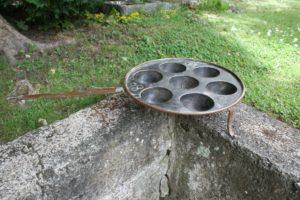 Fin antik kobber æbleskivepande på ben, ca. 34 Ø 9,5 cm høj.