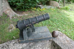 Fin antik salut- kanon i støbejern på træ fod, ca. 32 cm lang.