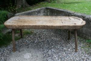 Skøn rustik antik slagtebænk, som kan bruges til plantebord og meget andet, ca. 170x60x65 cm.