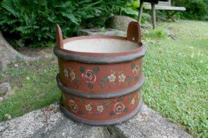 Gammel antik træbøtte med original bemaling og senere decoration, ca. 35 cm høj og 34 cm Ø.