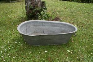 Lille zink badekar med håndtag, ca. 80 langt og 22 cm højt. gamle antikke havemøbler haveting