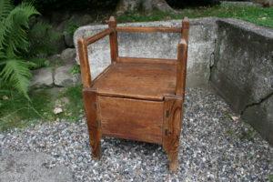 Almue stol med udtræk til lille barneseng, ca. 49x43x71 cm.