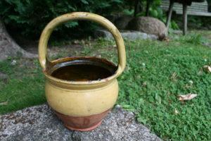 Gammel barselspotte gul glasur og stor hank, ca. 19 Ø og 30 cm høj.