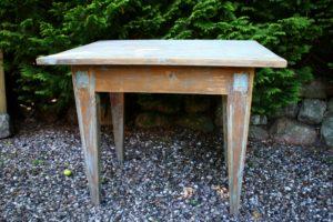 Gammelt fint bord med rester af blå bemaling og spidse ben, ca. 93x68x76 cm.