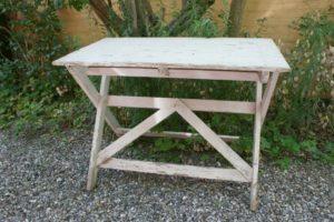 Fint gammelt havebord til at klappe sammen, ca. 100x60x72 cm.